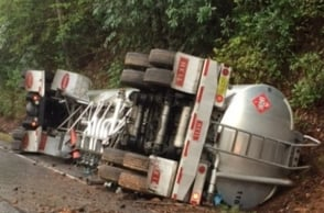10 die as truck overturns